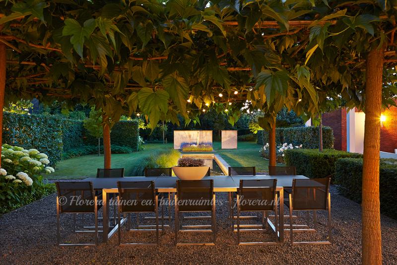 Adembenemende moderne tuin  exclusieve tuin   tuin die luxe uitstraalt tuin rondom villa noord brabant  florera.nl